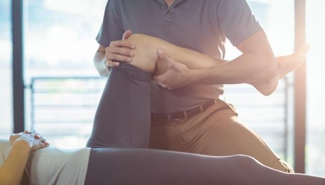 کنترل درد زانو با کمک متخصص فیزیوتراپی